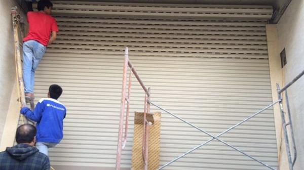 Hướng dẫn cách khắc phục cửa cuốn bị hóc