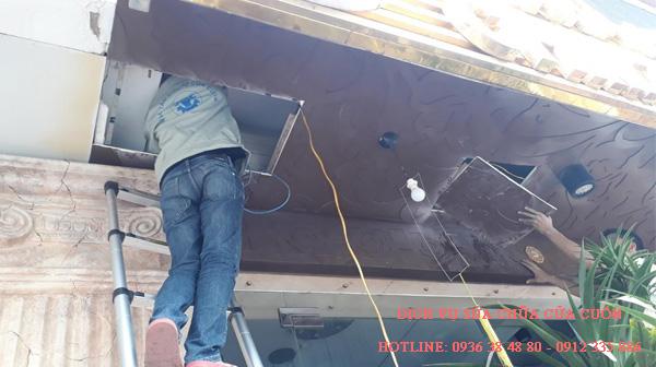 Sai lầm gây nguy hiểm khi lắp đặt cửa cuốn quay ra bên ngoài