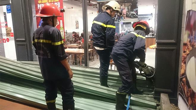 Cảnh sát giải cứu 10 người bị kẹt trong cửa cuốn ở Sài Gòn